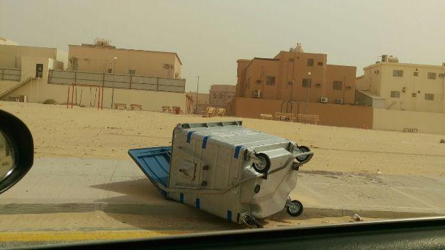 مواطن يرصد تطاير حاويات القمامة الحديثة بفعل الرياح ويقترح مراجعة تصميمها