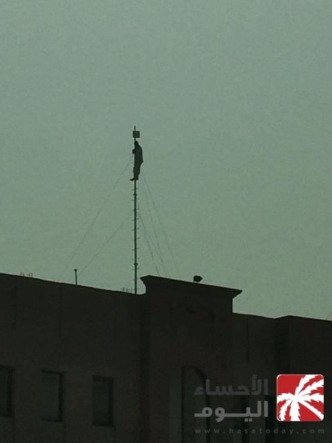 بالصور.. عامل يتسلق عمودًا أعلى مبنى كتابة العدل الثانية دون إجراءات للسلامة
